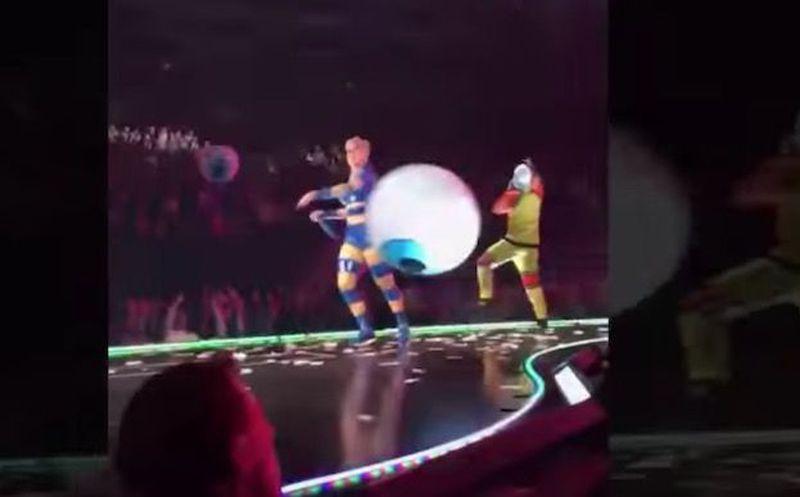 Katy Perry le tiró su celular a una fan en pleno show