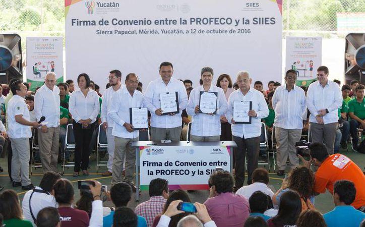 Este miércoles fue lanzada la convocatoria para el Hackhatón 2016 de la Profeco.  En la foto, la firma del convenio entre el Gobernador de Yucatán y representantes de Profeco. (Foto cortesía)