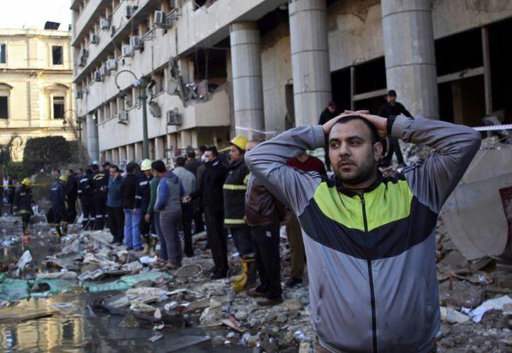 La violencia del viernes dio inicio a las 6.30 de la mañana con el estallido de un vehículo cargado de explosivos afuera del principal cuartel de la policía. (Agencias)