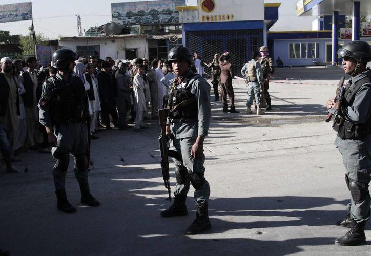 Soldados afganos inspeccionan el sitio de un ataque suicida en Kabul, Afganistán. (Agencias)
