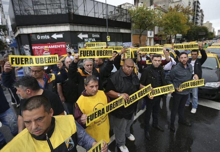 Sindicatos de taxistas argentinos protestan hoy, viernes 15 de abril de 2016, contra la llegada de la aplicación de servicios de transporte Uber, realizando cortes en puntos neurálgicos de Buenos Aires, Argentina. (EFE)