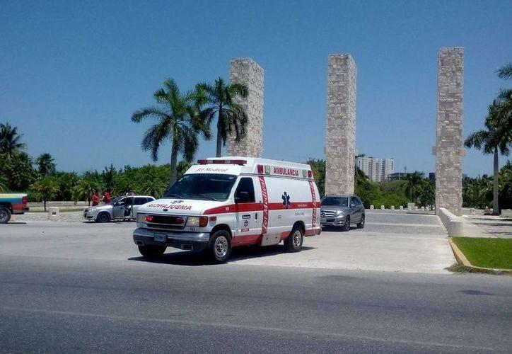 Dos albañiles perdieron la vida ayer al intoxicarse cuando trabajaban en la construcción de una fosa en Puerto Cancún. (Eric Galindo/SIPSE)
