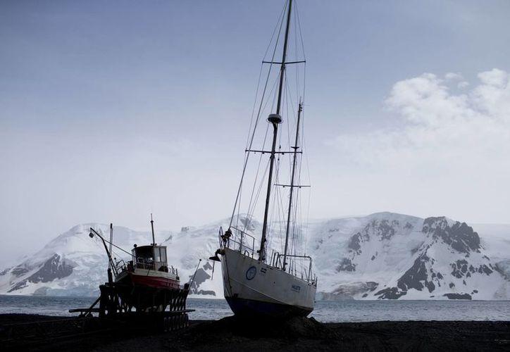 Varios países pescan la lucrativa corvina en las aguas que rodean la Antártida. Un par de botes permanecen anclados en la playa de la Bahía Almirantazgo, en la Antártida. (AP/Natacha Pisarenko)