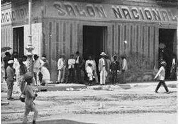Una antigua, pero muy antigua cantina que existió por el Centro Histórico de Mérida; por supuesto, sólo se admitía a varones. (Sergio Grosjean/SIPSE)