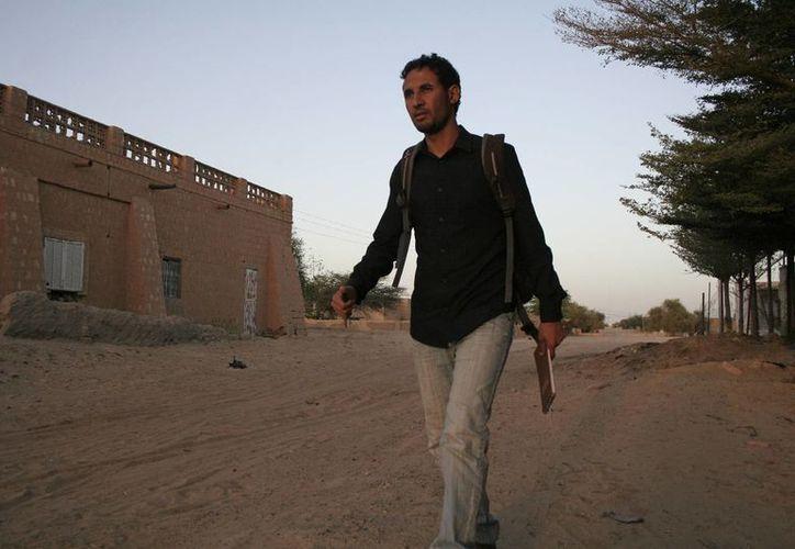 Baba Ahmed, corresponsal de AP en Bamako, camina en su barrio en Timbuctú, Mali, días después de que fue liberado por las fuerzas francesas. (Agencias)