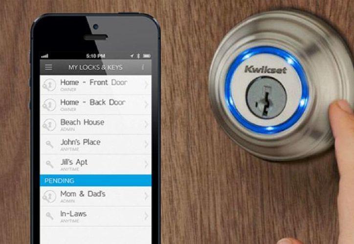 Un anillo azul se enciende entonces en torno a la cerradura cuando siente la presencia del propietario del teléfono-llave. (Internet)