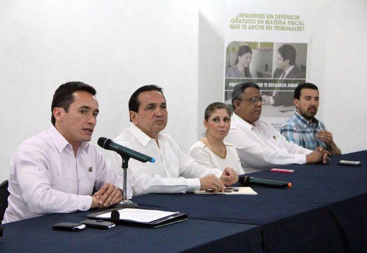El delegado de la Prodecon, Marco Antonio Ponce Hernández, durante la rueda de prensa. (José Acosta/SIPSE)