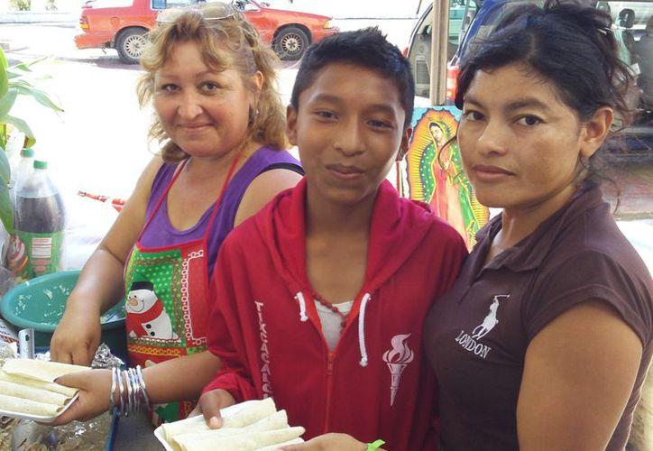 Rubí Bacab con Celia Cortes Herrera, quien la apoya en la tarea de dar de comer a los antorchistas. (SIPSE)
