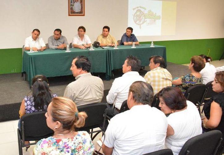 Funcionarios estatales durante la plática con los alcaldes. (SIPSE)