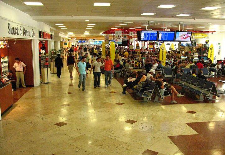 Pedirán a Asur, empresa que administra el Aeropuerto Internacional de Cancún, que extienda las terminales para tener cómodamente a los pasajeros. (Internet)