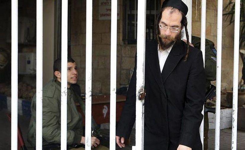 Un judío ultraortodoxo sale de un centro de reclutamiento en Israel, en febrero de 2013. (Agencias)