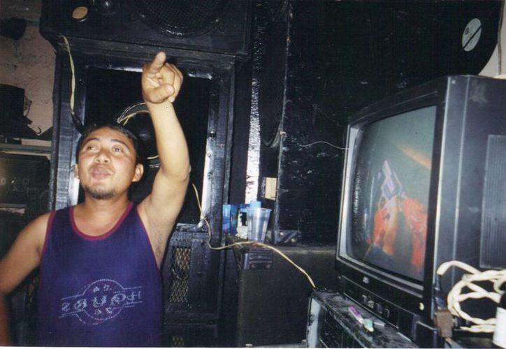 César Mata, autor del video, explica en su domicilio lo que vio esa noche en el cielo de Ticul. (Jorge Moreno/SIPSE)