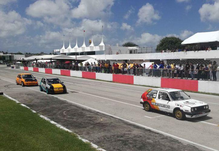 Invitan a todos los aficionados al automovilismo en el autódromo. (Raúl Caballero/SIPSE)