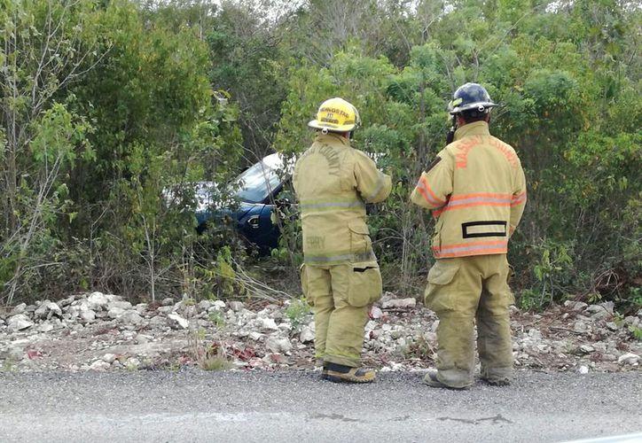 El vehículo quedó dentro del área verde. (Eric Galindo/SIPSE)