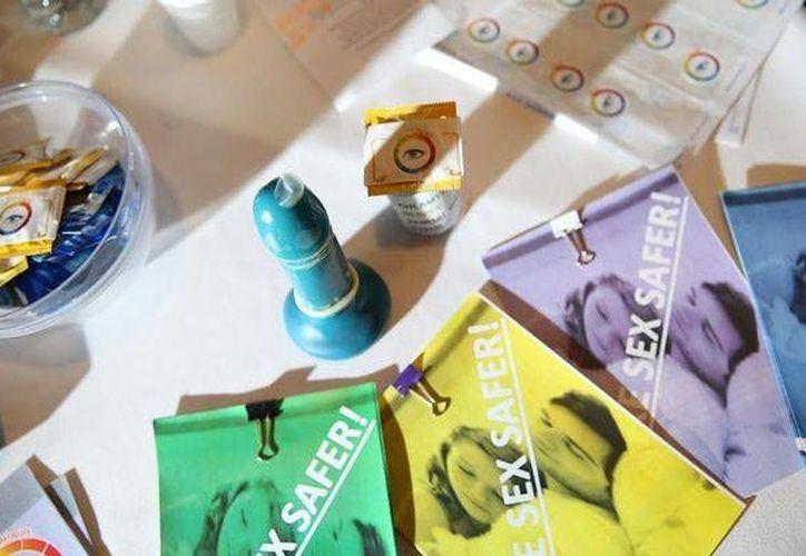 El condón puede adquirir cuatro colores distintos según la infección sexual con la que entre en contacto. (mirror.co.uk)