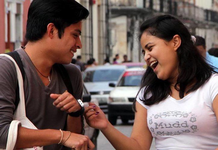 En la sociedad de Yucatán predominan las emociones positivas, según encuesta del Inegi. Imagen de contexto de una pareja de jóvenes riendo y jugando en la calle. (Milenio Novedades)