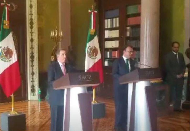 José Antonio Meade Kuribreña Y Luis Videgaray en la entrega oficial de la Secretaría de Hacienda. (Tomada de Periscope)