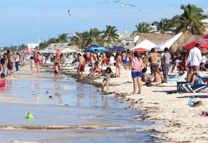 Cerca de cuatro mil personas aprovecharon el puente del Día de Muertos para escaparse a la playa durante este domingo. (Milenio Novedades)