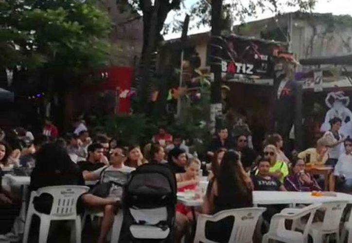 Los restaurantes colocaron mesas sobre la avenida para ofrecer platillos mexicanos. (Verónica Fajardo/SIPSE)