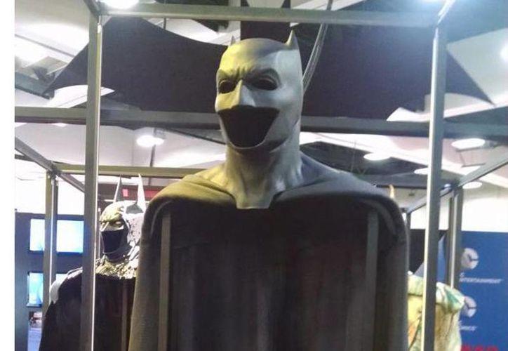Esta es la capa que usará Ben Affleck en la película 'Batman vs Superman'. (Twitter @dandidio1)