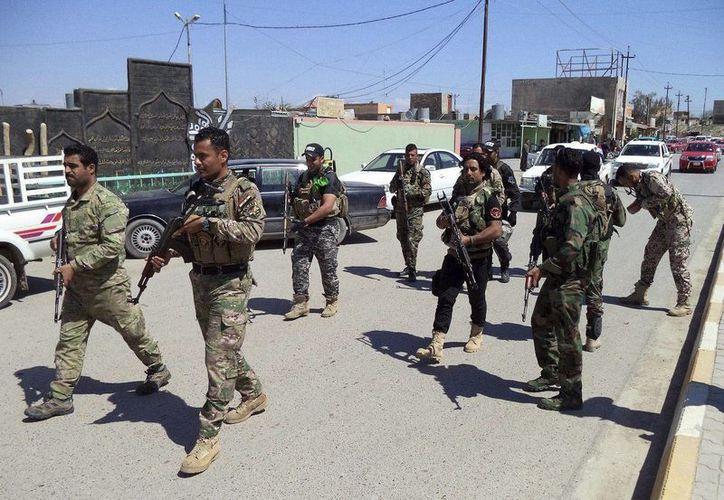 Los atacantes mataron a tiros a cuatro empleados en una sala de control de la estación de gas y lesionaron a dos guardias de seguridad, antes de colocar varias cargas de explosivos y tomar el control de las instalaciones. Foto de contexto de policías iraquíes en Tikrit. (EFE/Archivo)