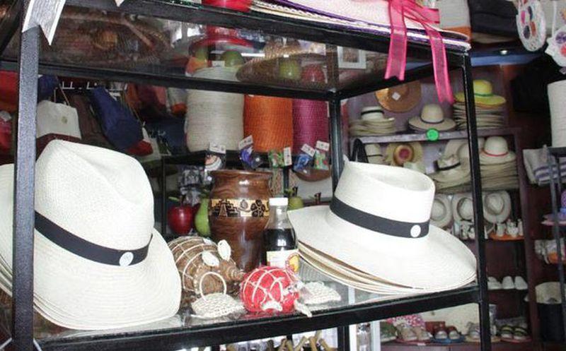 df1330d04dab5 El sombrero tipo Panamá se distribuye en Yucatán y Quintana Roo. Imagen de  un comercio