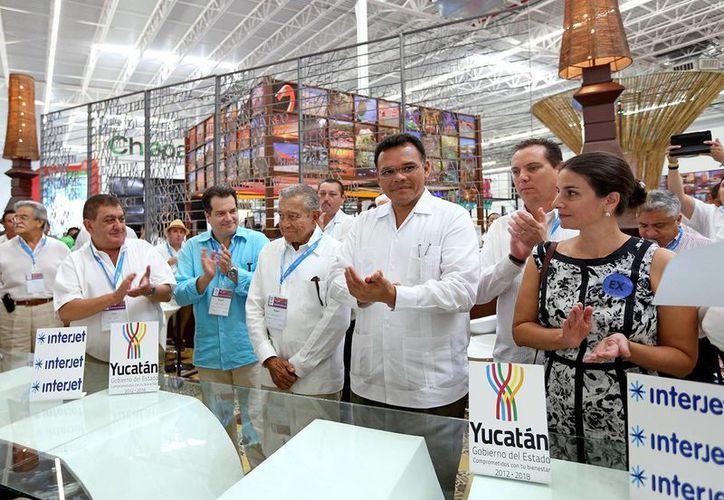 El gobernador de Yucatán, Rolando Zapata Bello, acompañado de directivos de Interjet y funcionarios estatales, en la firma del compromiso para establecer un hub en el aeropuerto de Mérida. (SIPSE)