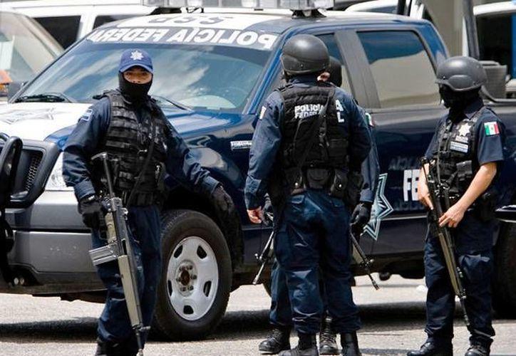 Los policías federales desplegaron vigilancias fijas y móviles a las afueras del domicilio donde estaban secuestrados dos hombres de 17 y 18 años. (excelsior.com.mx)