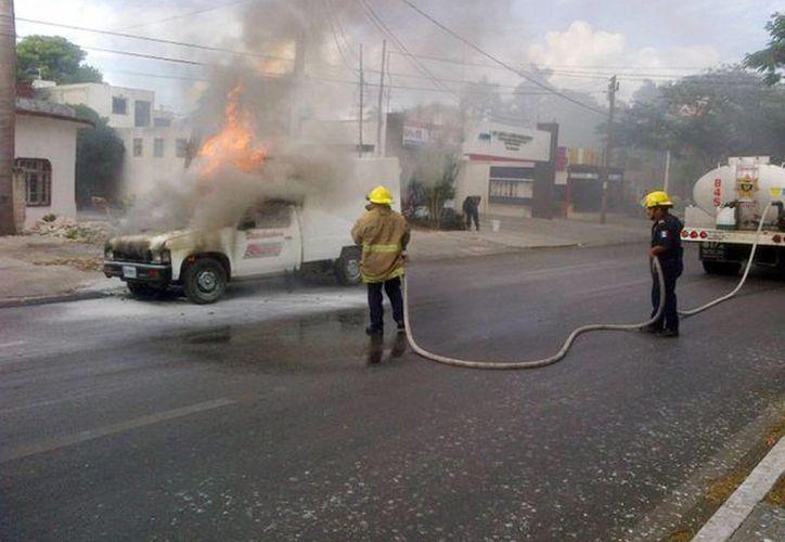 Una camioneta se incendió en la avenida Itzáes, frente a Clínica Mérida. Bomberos acudieron al lugar a apagar el fuego. (@PoliciaYucatan)