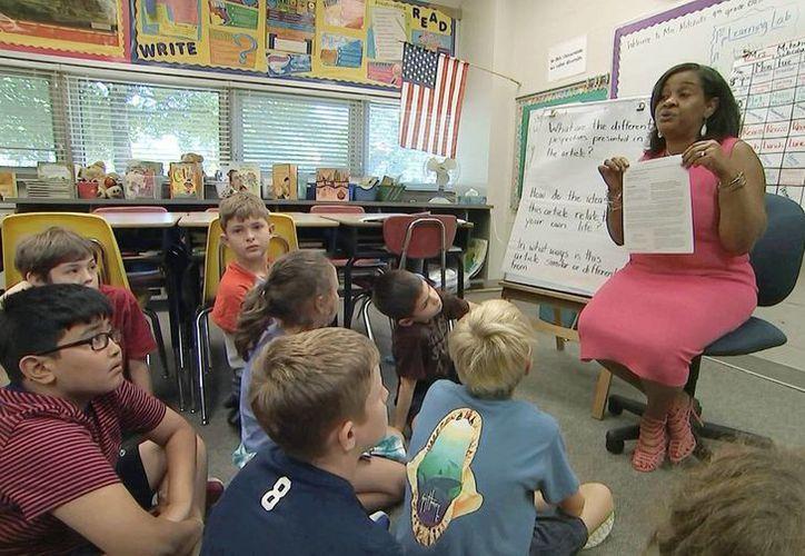 Imagen de archivo que muestra a la profesora Kimberly Coleman-Mitchell durante su clase de cuarto grado en la escuela primaria Oakridge en Arlington, Virginia. (AP/Bill Gorman)