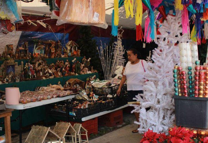 Comerciantes del mercado 23 inician la exhibición de adornos navideños. (Redacción/SIPSE)