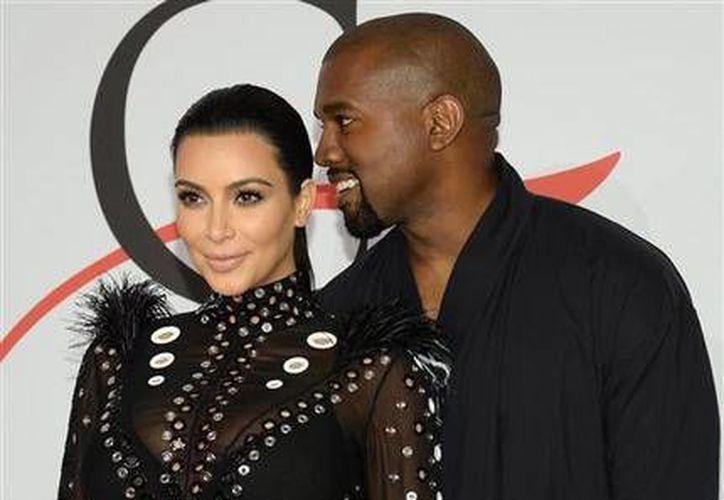 Kim Kardashian y Kanye West anunciaron hoy el nacimiento de su hijo en Los Ángeles. (AP)