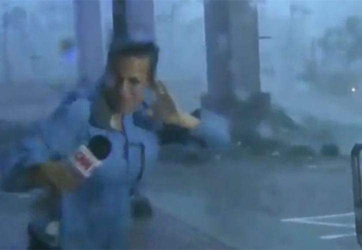 Una ráfaga de fuertes vientos llegó al lugar y arrasó fuertemente a la mujer, sin embargo fue detenida a tiempo por uno de sus compañeros. (Foto: Vanguardia MX)