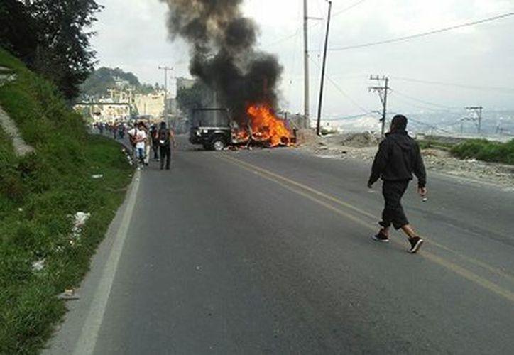 Una patrulla de la Policía Municipal terminó incendiada. (Milenio)
