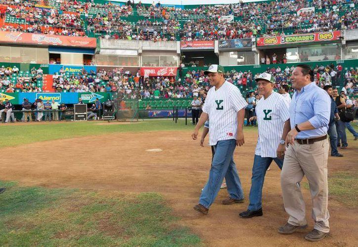 Entre sus actividades del domingo, el gobernador Rolando Zapata Bello participó en la inauguración de la temporada de béisbol 2015 en el parque Kukulcán. (SIPSE)