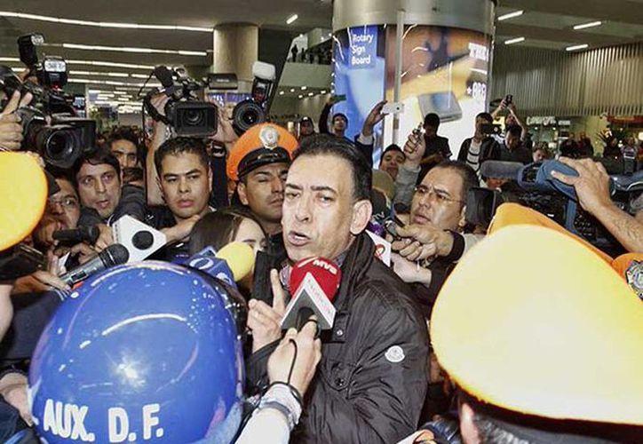 El ex gobernador de Coahuila, Humberto Moreira, fue recibido por un grupo de reporteros en el aeropuerto de la Ciudad de México. (twitter/@Excelsior)