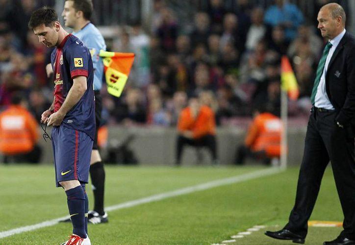 El delantero argentino del FC Barcelona Leo Messi (i) se dispone a entrar en el terreno de juego, durante el partido de Liga disputado el pasado 5 de mayo en el Camp Nou, en Barcelona. (EFE)