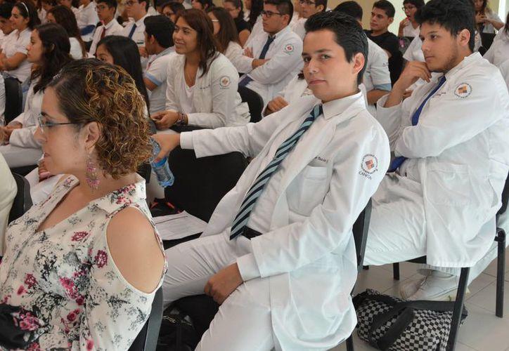 En la plática participaron médicos de clínicas, consultorios y hospitales particulares. (Luis Soto/SIPSE)