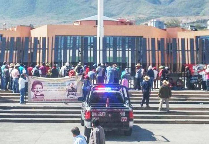 Maestros tomaron la sede del Palacio Municipal, luego de que no fue respetada la clausura que realizaron ayer. (Rogelio Agustín/Milenio)