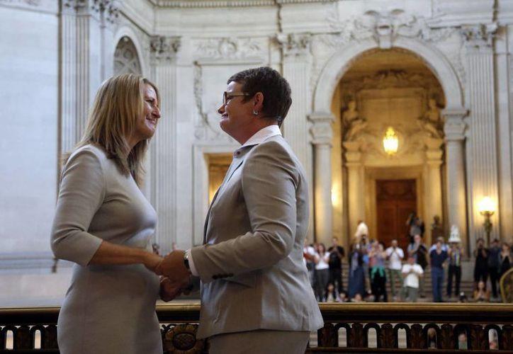 Kristin Perry y Sandra Stier, con 14 años de noviazgo, se convirtieron en la primera gay que se casa en California en cinco años. (Agencias)
