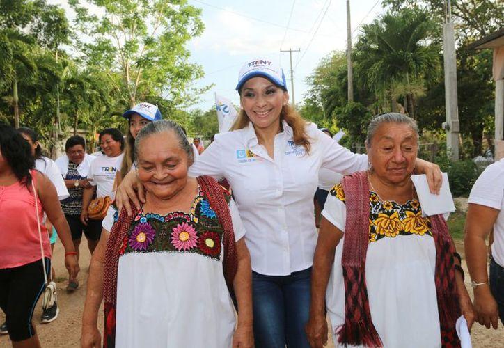 La candidata ha realizado caminata por las calles de Lázaro Cárdenas. (Foto: Redacción/SIPSE).