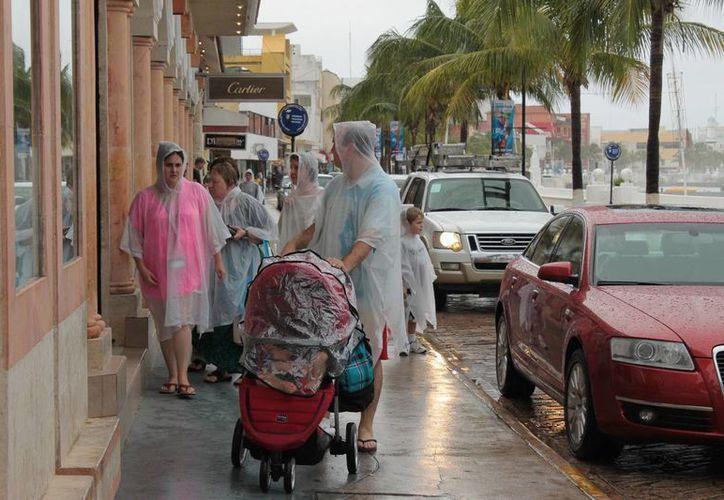 Los turistas que recorrieron la zona turística lo hicieron provistos de impermeables. (Gustavo Villegas/SIPSE)