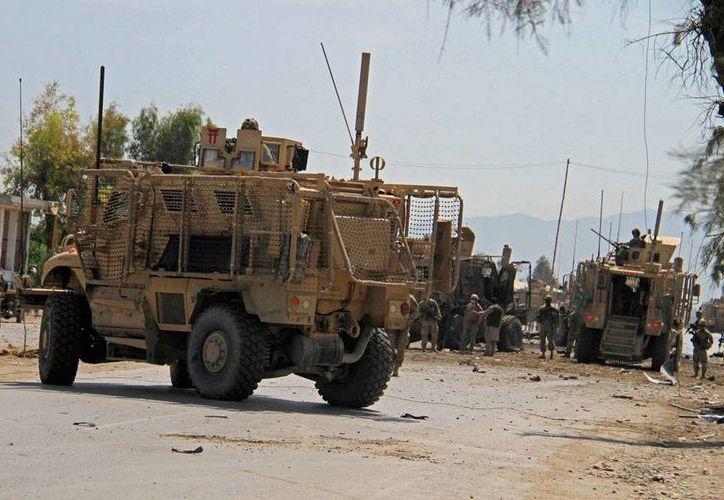 Tropas recorren la zona de un atentado suicida, en Afganistán, donde 3 personas murieron. (AP)