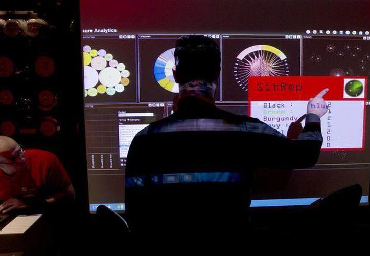 Un representante de GCHQ, el servicio británico de inteligencia electrónica, señala datos en una pantalla durante un ejercicio en Londres. (Agencias)