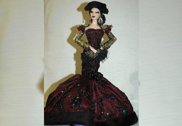El mundo de adultos reivindica para sí sus orígenes recreando en Barbie a personajes populares y transformando su estilo según sus gustos. (EFE)