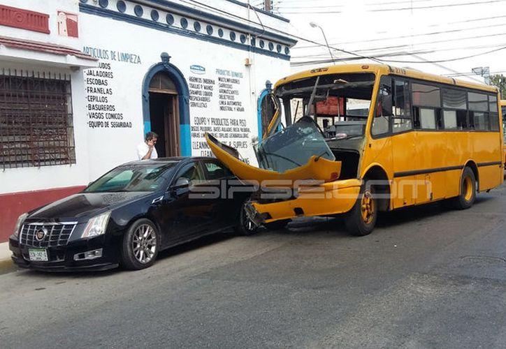 Un autobús de pasajeros de la empresa Minis 2000 se pasó el disco de alto y se estrelló contra de otro camión de la misma compañía, en el cruzamiento de la calle 62 x 41 del segundo cuadro de la Ciudad.