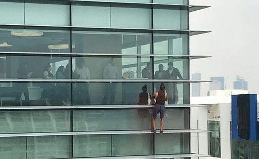Un hombre escaló el edificio Nestlé, ubicado en el 301 de la avenida Miguel de Cervantes Saavedra y Lago Zurich en Polanco. (Twitter/@DanielMdra).