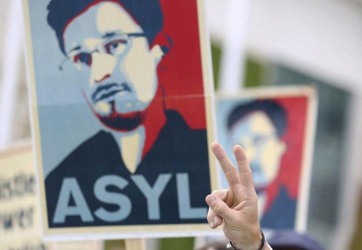 Activistas de la organización Campact se manifiestan para apoyar al extécnico de la CIA Edward Snowden, en Berlín, Alemania. (EFE/Archivo)
