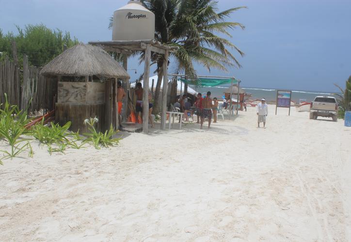 Los visitantes a las playas de Tulum piden un lugar para bañarse, pues las algas marinas se adhieren a su piel; sin embargo, no hay infraestructura suficiente. (Sara Cauich/SIPSE)