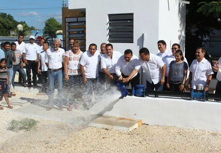 El gobernador Rolando Zapata (c) presidió la inauguración de la nueva red de agua potable en Conkal, en beneficio de los pobladores de la comisaría de Xcuyún. (Foto cortesía del CDI Yucatán)